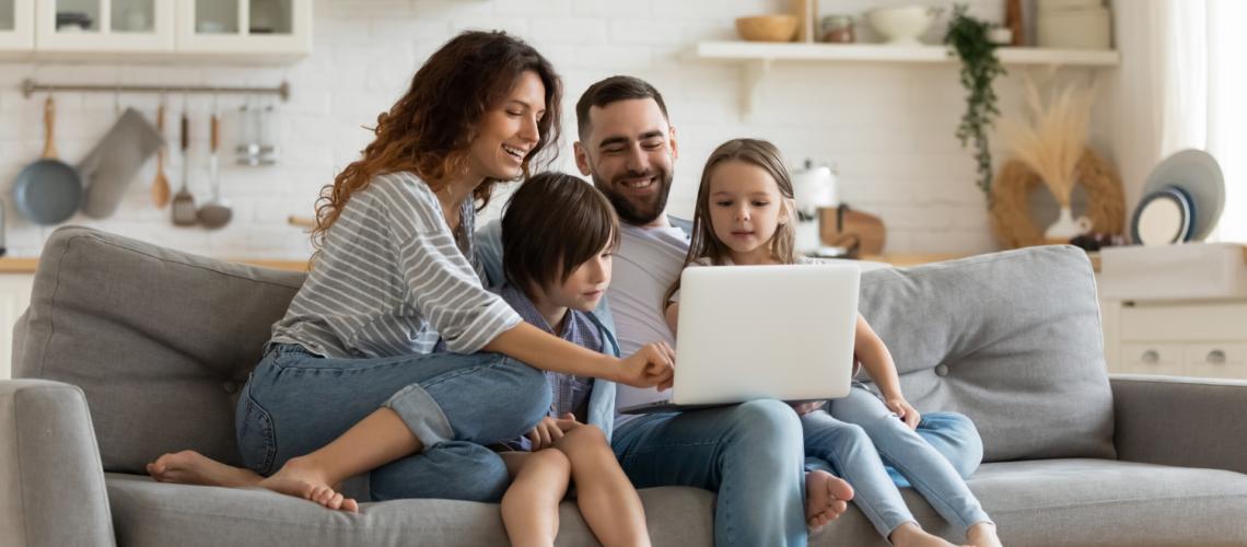 Familie liest Newsletter der Gewobag
