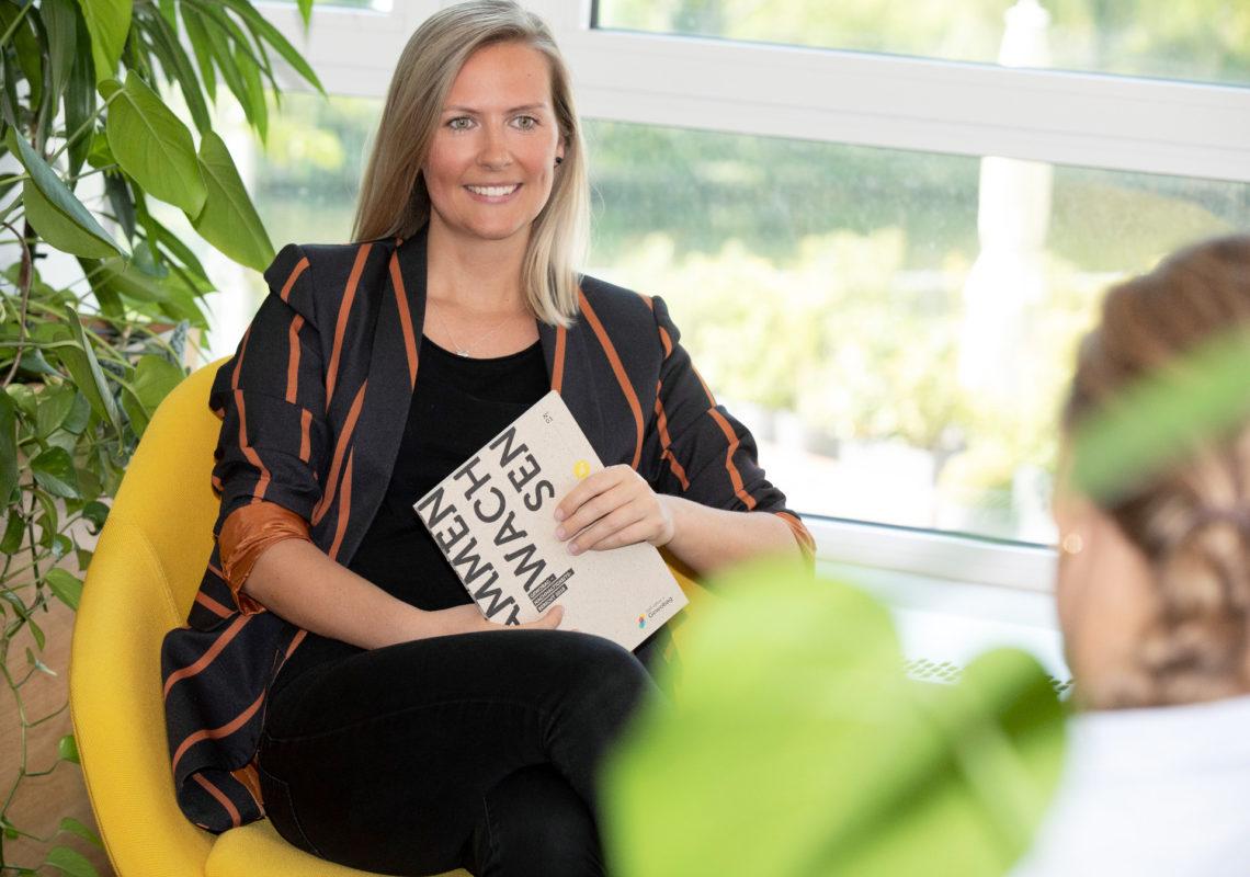 Maria Blume sitzt in einem Sessel und spricht zur Klimastrategie der Gewobag und zu Mobilitätskonzepten.