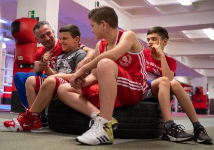 Trainer Izzet Mafratoglu mit Kindern im Boxclub