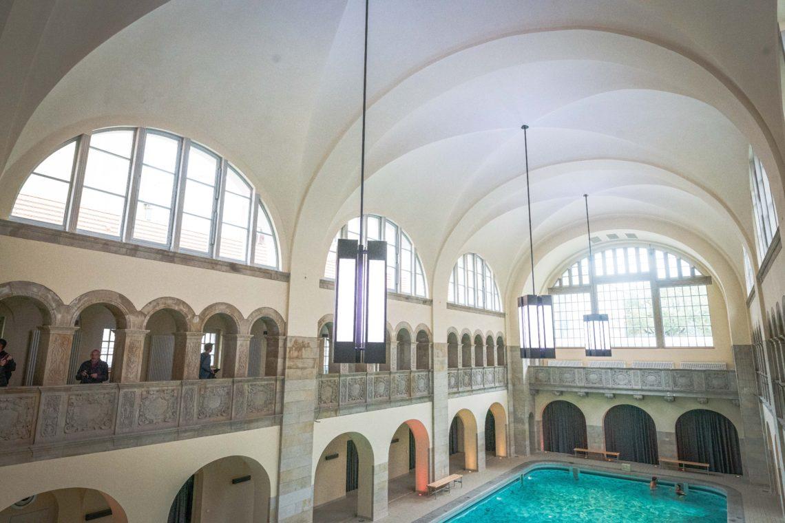Historisches Schwimmbad mit blauem Pool