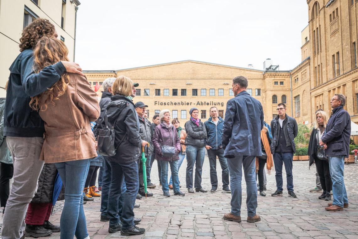 Teilnehmer der Vielfaltstour erhalten Informationen zur Brauerei
