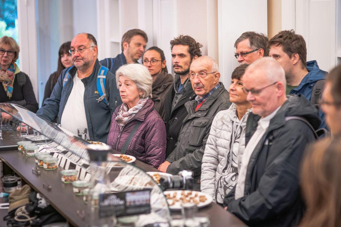 Teilnehmer der Vielfaltstour stehen vor Verkaufstresen