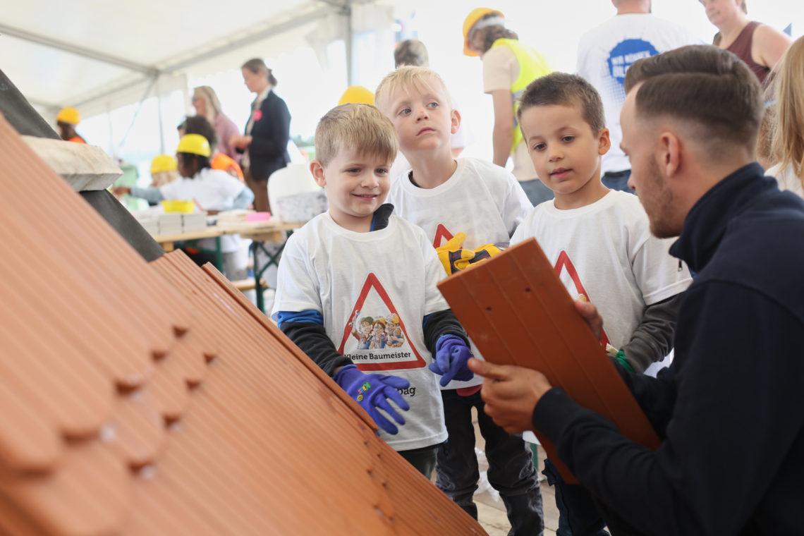 Kinder erhalten Einleitung vom Dachdecker