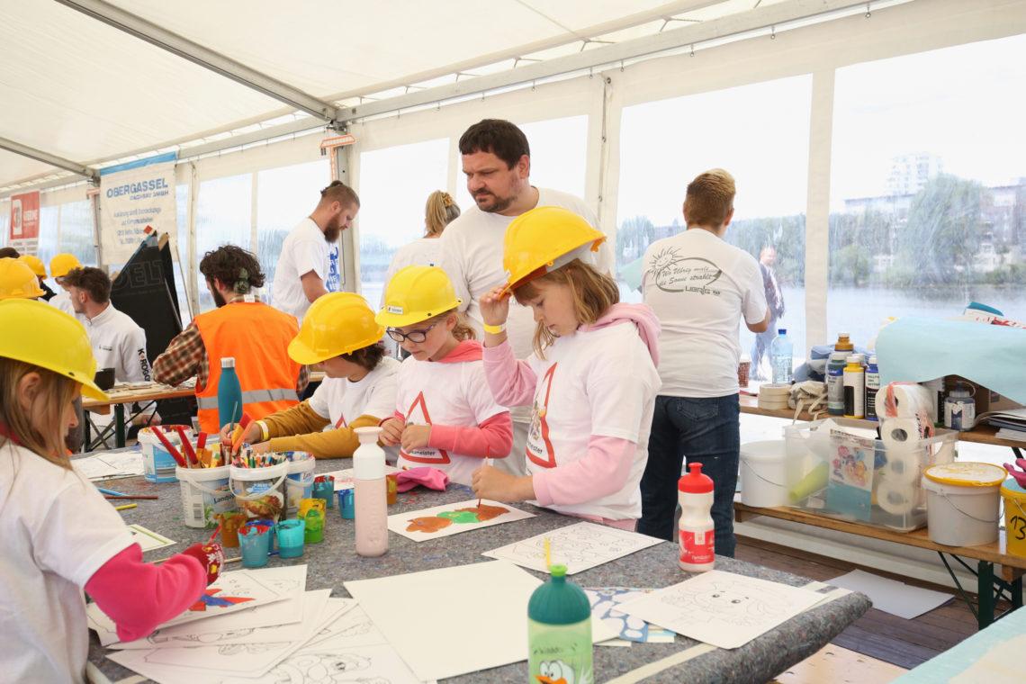 Kinder malen beim Tag der kleinen Baumeister