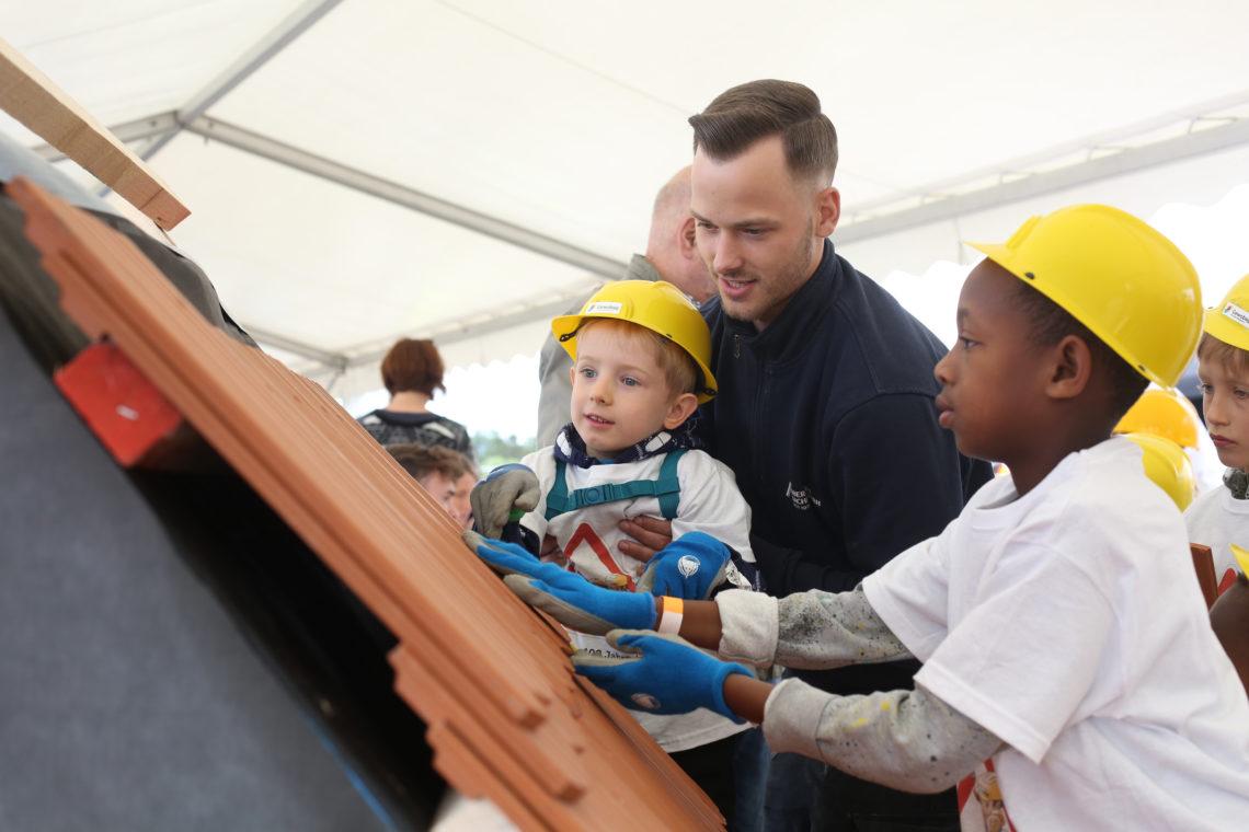 Kinder decken ein Dach
