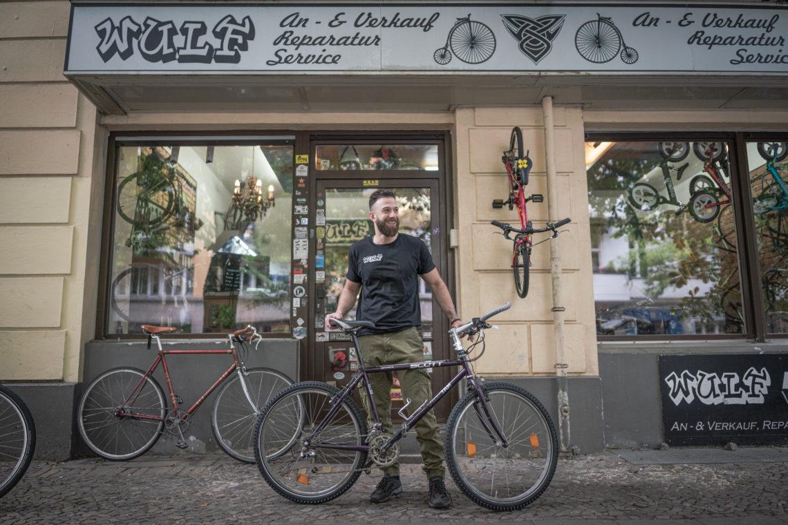 Hicham Safa vor Fahrradladen Wulf.