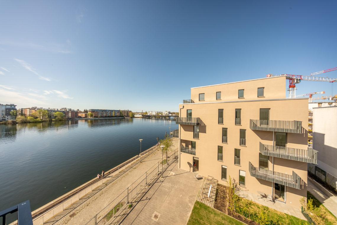 Ein Gebäude des Neubau-Projekts WATERKANT am Fluss.