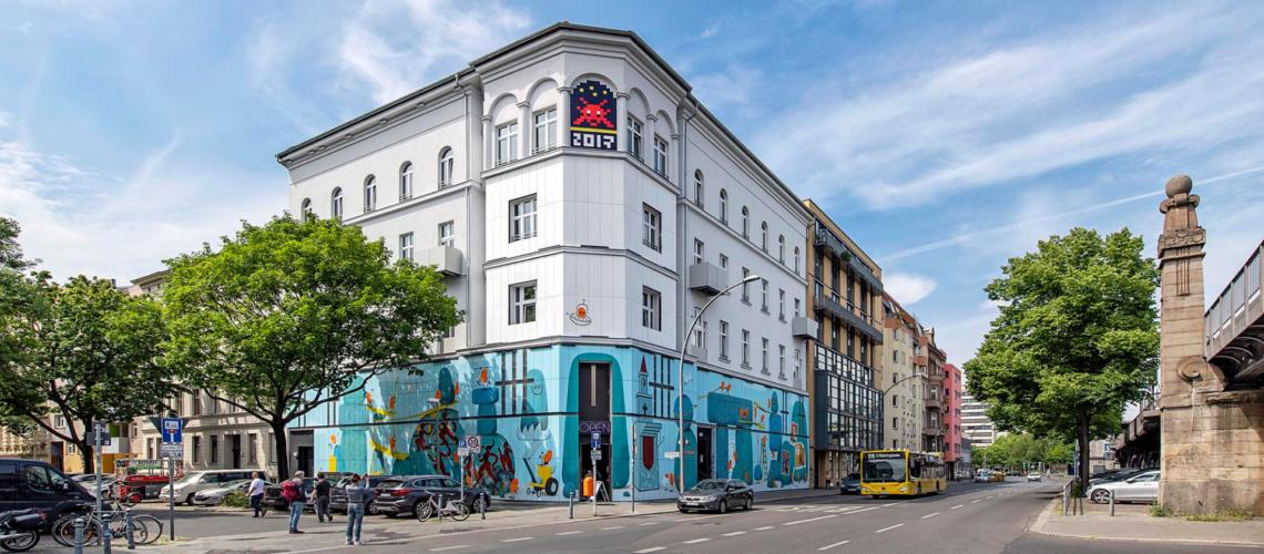 Die Fassade des Urban Nation Musems