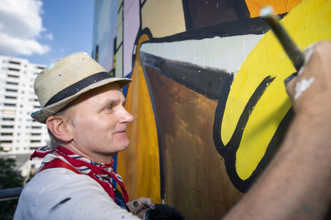 Jim Avignon vor seinem Kunstwerk im Artpark Tegel