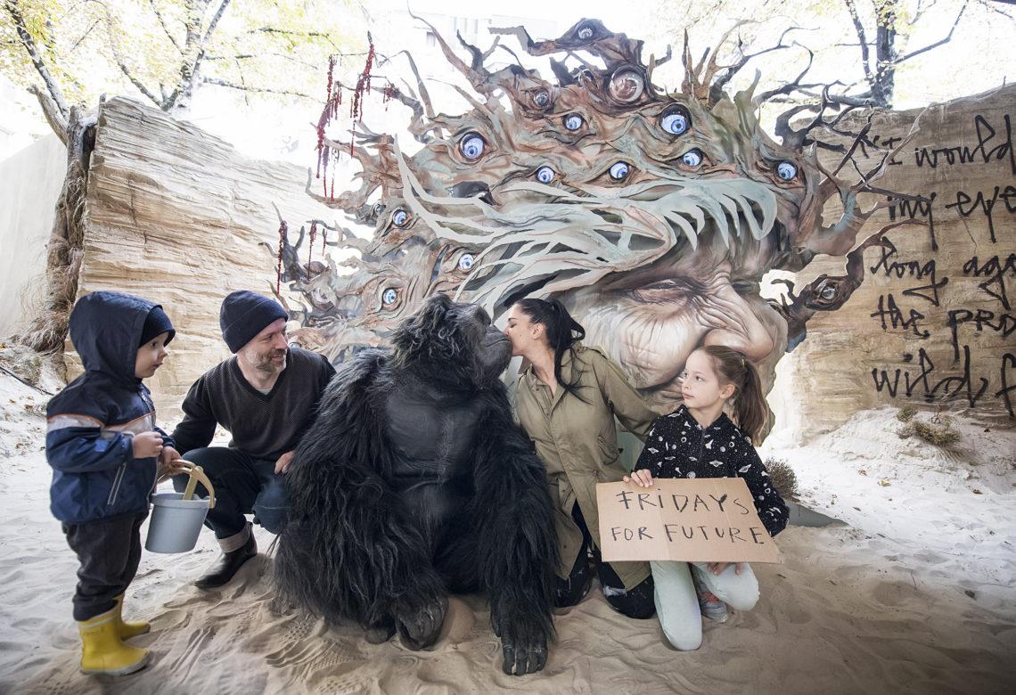 """Gorilla """"Albert"""" von Millenium FX vor einem Kunstwerk bei der Biennale"""