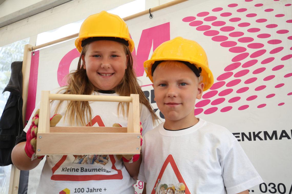 Kleine Bauprofis mit Holzarbeit
