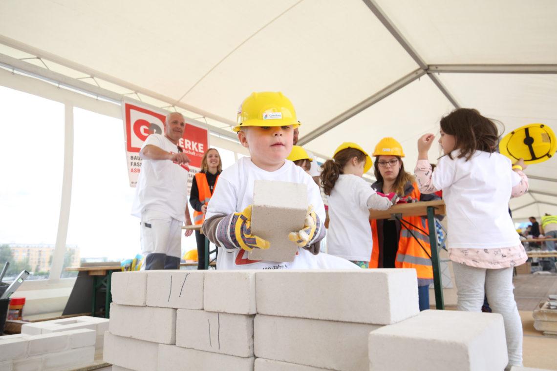 Steine Schleppen am Tag der kleinen Bauprofis 2020