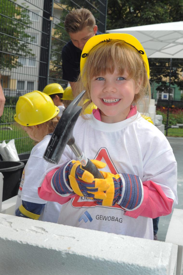 Kleine Baumeisterin mit Hammer