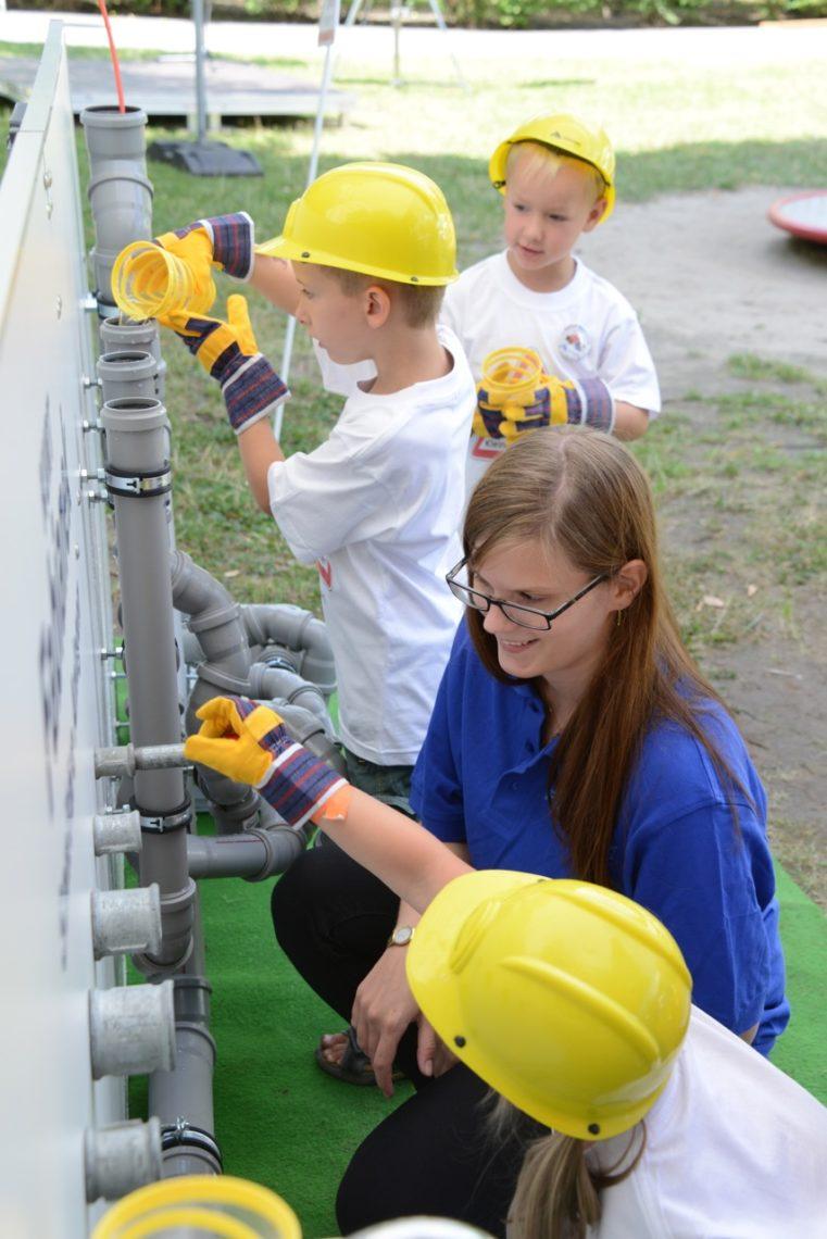 Gemeinsames Arbeiten am Tag der kleinen Bauprofis 2020
