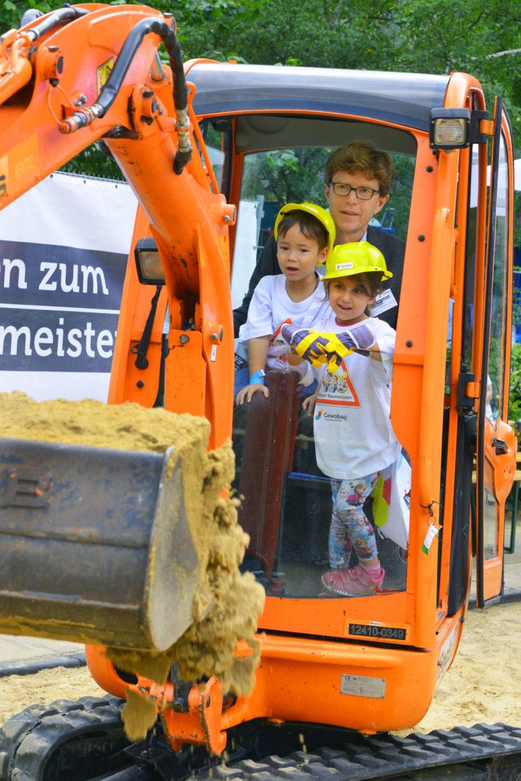 Baggerfahren am Tag der kleinen Bauprofis 2020 - Gewobag