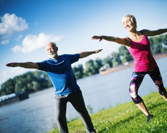 Mann und Frau machen am Wasser Sport