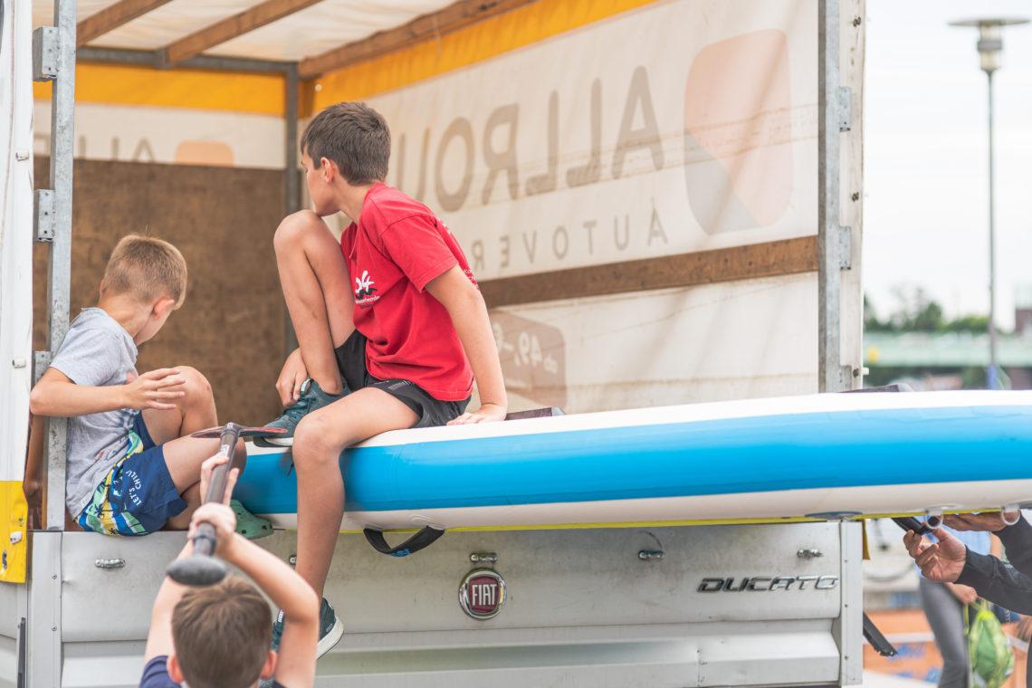 Kinder an einem SUP-Board