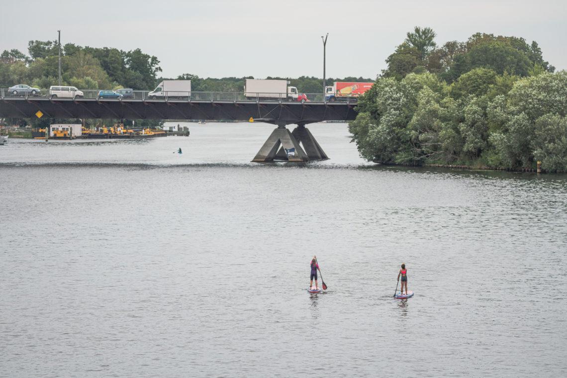 Zwei Personen beim Stand-up-Paddling auf dem Wasser an der WATERKANT Berlin
