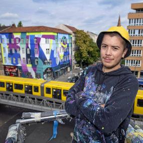 Roberto Rivadeneira vor Mural