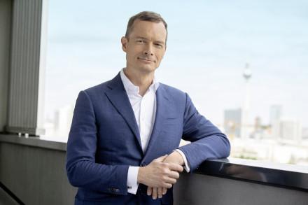 Gewobag-Vorstandsmitglied Markus Terboven auf einer Terrasse