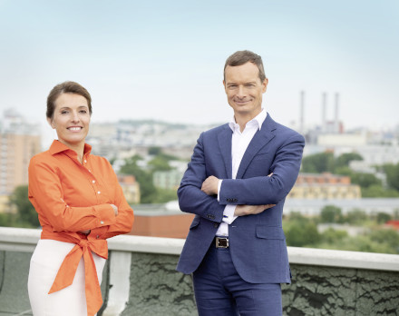 Gewobag-Vorstand Snezana Michaelis und Markus Terboven auf einer Terrasse