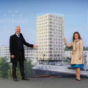 Sebastian Scheel und Snezana Michaelis vor Schaubild Hochaus Waterkant