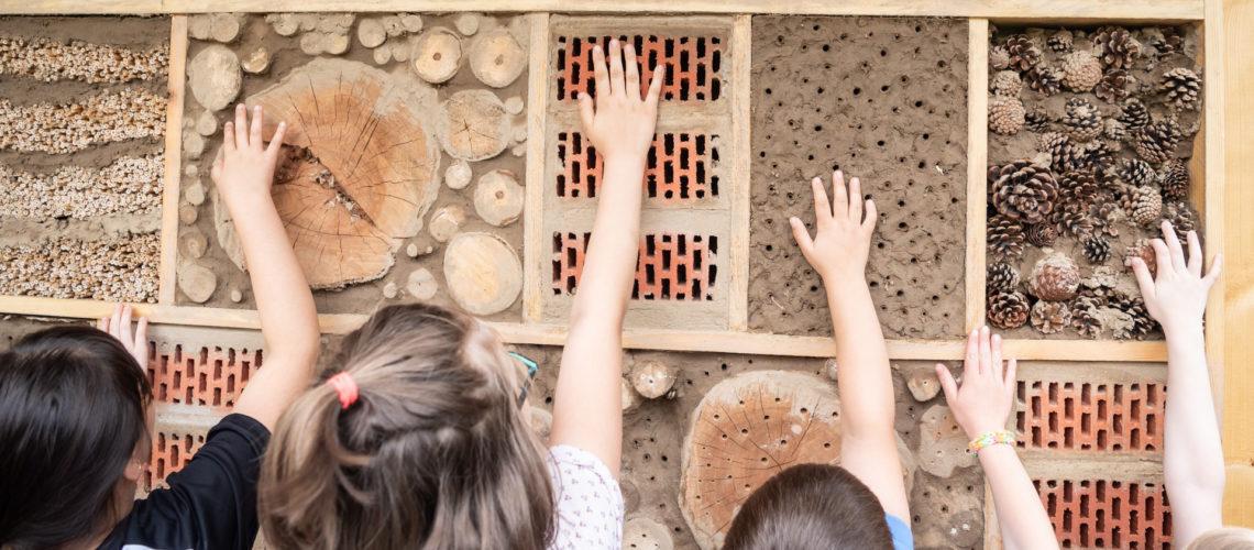 Insektenhotel mit Kindern davor