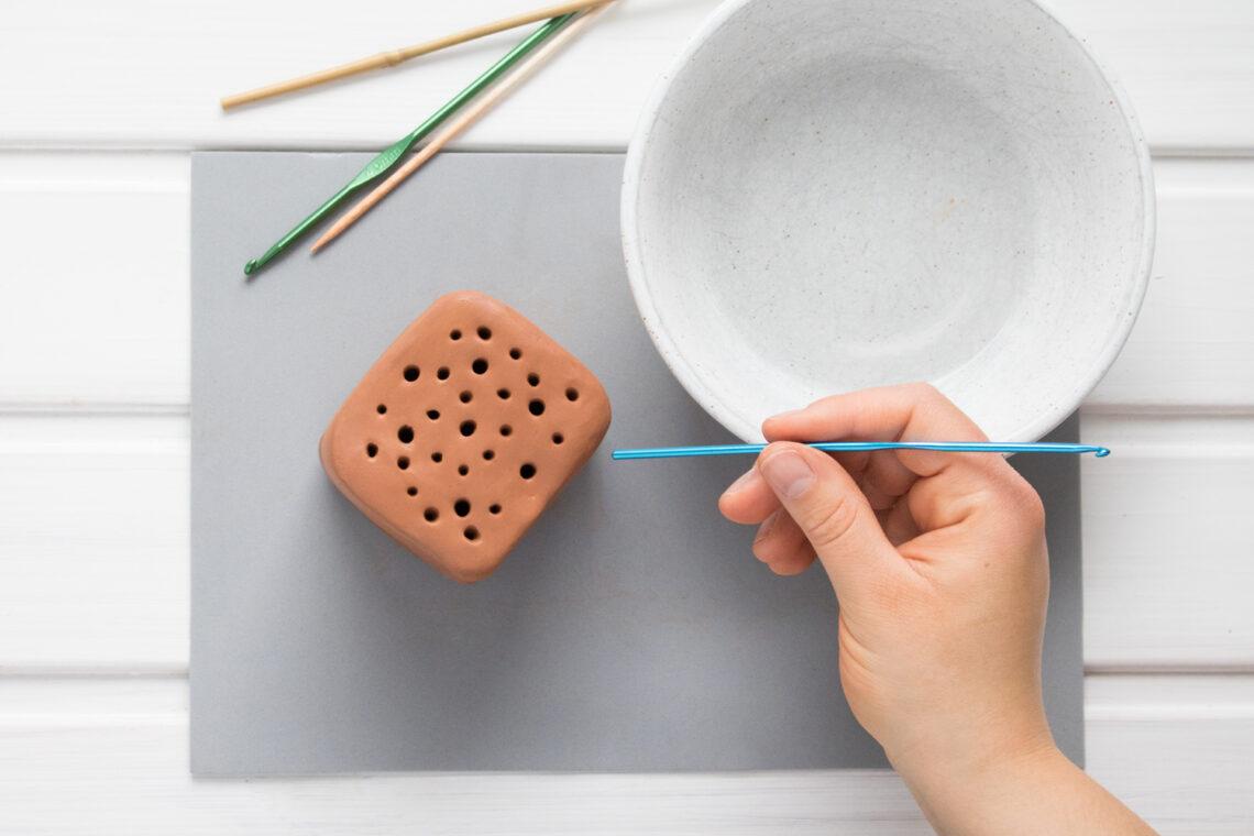 Der lufttrocknende Ton lässt sich leicht bearbeiten und zu einem DIY Niststein für Wildbienen formen.