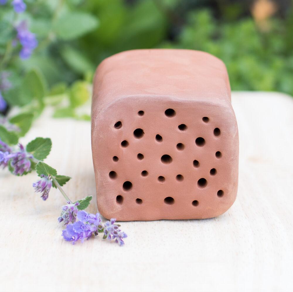 Das DIY-Insektenhotel aus dem Natirmaterial Ton eignet sich prima als Nisthilfe für Wildbienen und andere Insekten. Am besten kombiniert mit bienenfreundlichen Pflanzen.