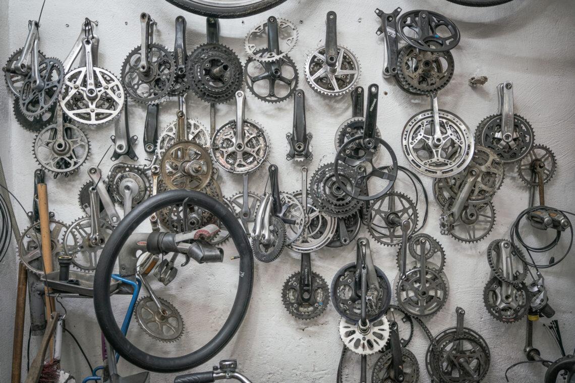 Bild aus einer Werkstatt: Viele Pedale an einer Wand.