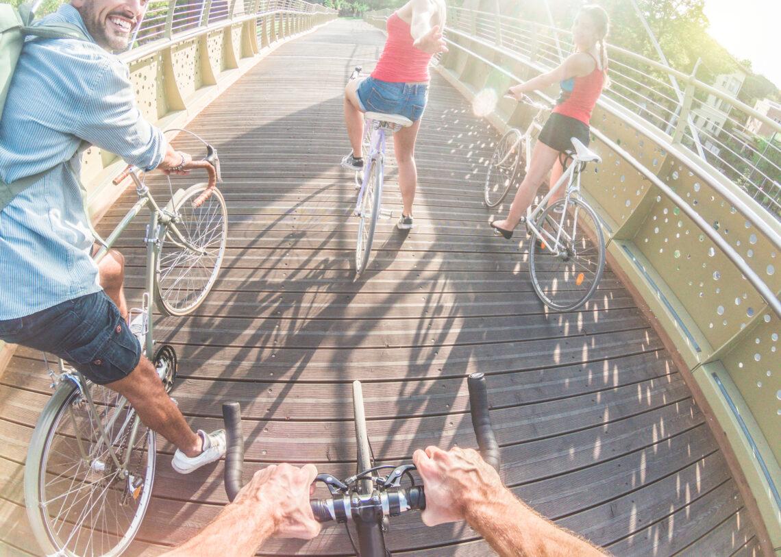 Eine Gruppe von vier Personen fährt Fahrrad