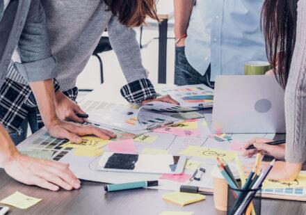 Innovationspreis Gewobag Menschen Brainstorming Schreibtisch