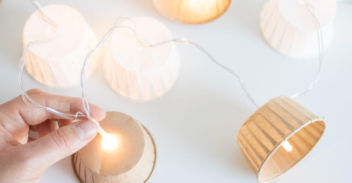 Eine Hand hält die fertig gebastelte Lichterkette.
