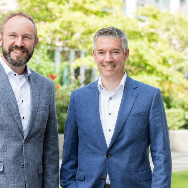 Herr Gregor und Herr Zumkley stehen auf einer Wiese. Im Interview erläutern sie, warum die städtische Wohnungsbaugesellschaft Gewobag einen Social Bond ausgegeben hat.