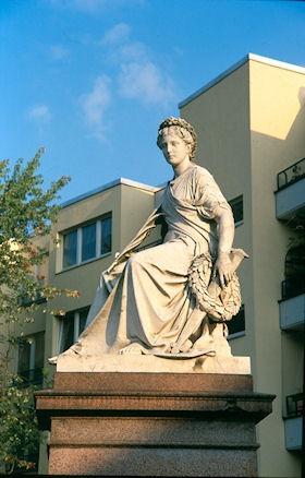 """Das Denkmal """"Der Friede"""" auf dem Mehringplatz"""
