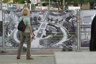 Die Freiluftausstellung spiegelt das gemeinsame Engagement aller Beteiligten wider und gibt einen Rückblick auf den historischen Reichtum des Platzes.