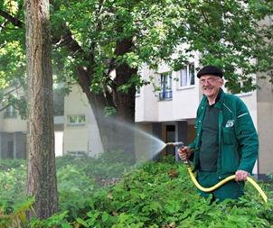 Heinrich Fust kümmert sich nicht nur um die Pflanzen am Mehringplatz. Auch ortsunkundige Touristen und Mieter bekommen seine Aufmerksamkeit, wenn sie sich an ihn wenden.
